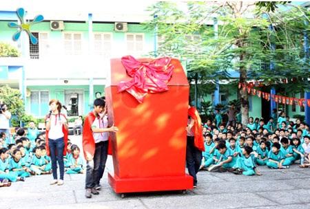 Chiếc thùng rác khổng lồ làm từ nhựa tái chế do các em nhỏ thu gom và đóng góp cho chương trình.