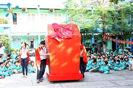 Chiếc thùng rác khổng lồ, thành quả của những Hiệp Sĩ Xanh tí hon