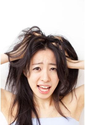 Da đầu mất nước, thiếu khoáng chất là nguyên nhân chính gây ra các vảy gàu