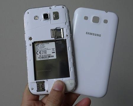 Máy hỗ trợ 2 khe cắm thẻ SIM, vừa là microSIM và SIM thông thường.