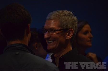 CEO Tim Cook tươi cười trước giờ G