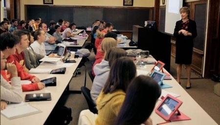 Ở một số nước phát triển, thiết bị điện tử đang dần thay thế sách giáo khoa
