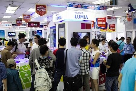 Khách hàng trải nghiệm trên những chiếc Lumia 1020 chính hãng đầu tiên tại Việt Nam