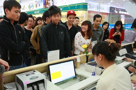 Khách xếp hàng tại cửa hàng Viettel Store Ngọc Khánh (Hà Nội)