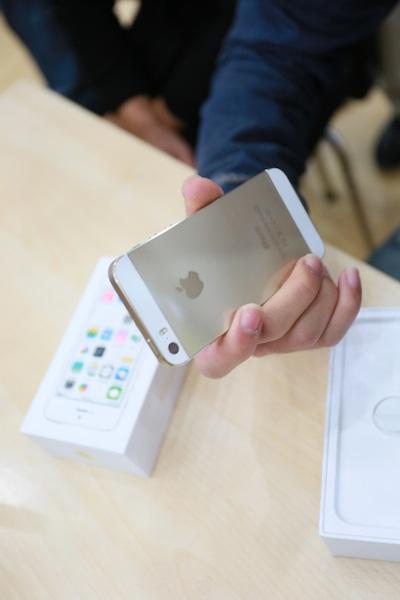 Một khách hàng đầu tiên sở hữu iPhone 5S.