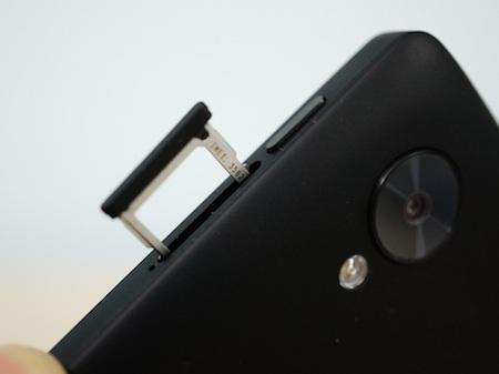 Máy vẫn sử dụng chuẩn microSIM đang trở nên thông dụng trên các smartphone hiện nay.