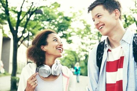Nghe và chia sẻ âm nhạc thông qua chức năng loa ngoài của máy