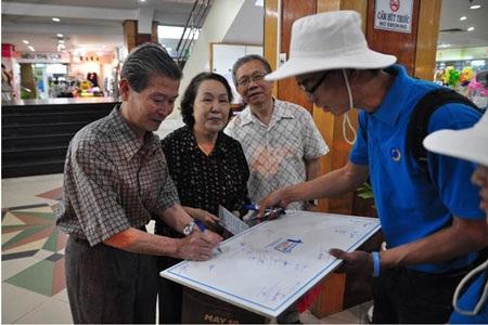 Thông tin hướng dẫn cách tiết kiệm và bảo vệ nguồn nước cũng được trao tận tay người dân.