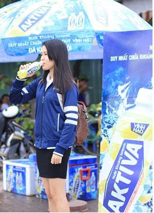 Những bạn thí sinh tình nguyện tỏ ra háo hức khi nhận được những chai nước khoáng Vĩnh Hảo Aktiva