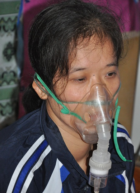 Bị bệnh tim và hen phế quản nặng khiến chị Dung không thể tự thở được.