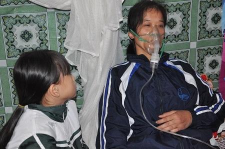 Hàng ngày phụ thuộc vào máy thở chị Dung mới duy trì sự sống được.