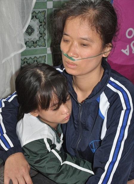 Sợ mẹ phải chết, bé Trà My lúc nào cũng ôm chầm lấy mẹ mà khóc.
