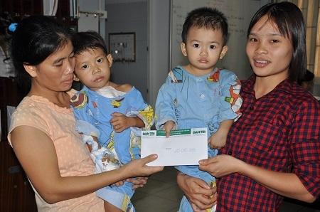 Gia đình Thùy Dương chia sẻ 20.000.000 đồng cho em bé cùng phòng để có tiền mổ.