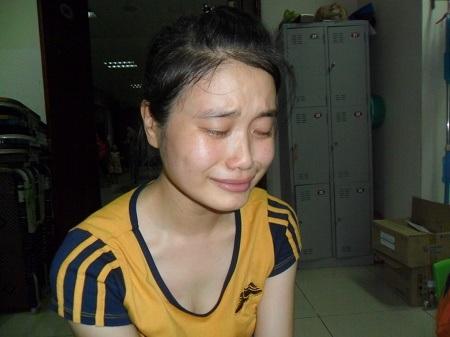 Nghĩ đến bố, đến em, cô bé Thanh chỉ biết khóc.