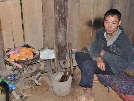 Bố của em, anh Triệu Hữu Liên bị tai biến nên tay trái liệt hoàn toàn, đôi chân đi lại khó khăn.