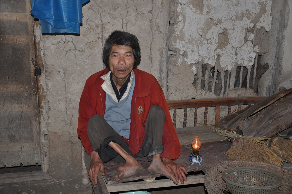 Không có tiền dùng điện,anh dùng chiếc đèn dầu thắp sáng hàng ngày.