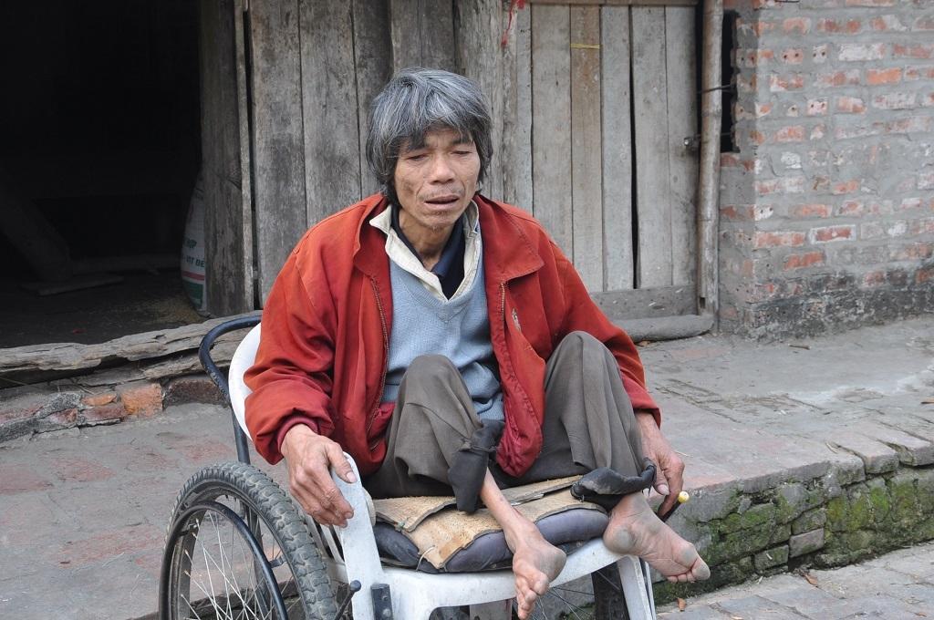 Thỉnh thoảnganh di chuyển bằng chiếc xe lăn mới được cho.