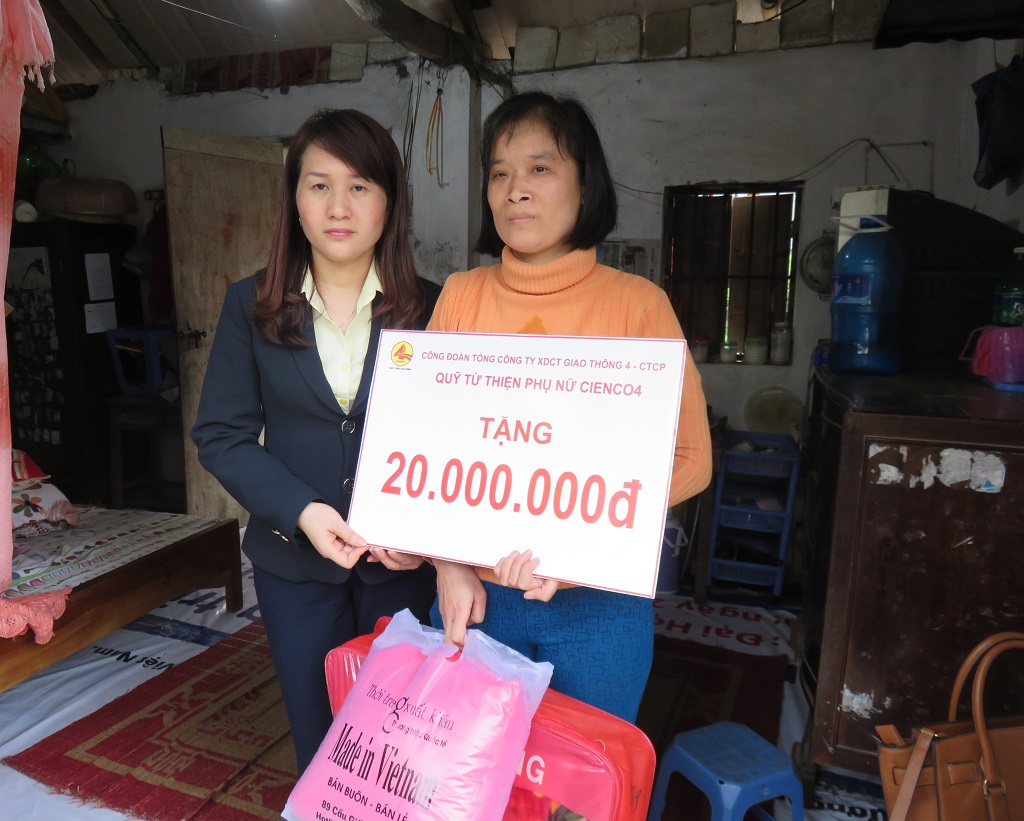 Quỹ từ thiện phụ nữ Cienco4 giúp đỡ gia đình chị Dung 20 triệu đồng