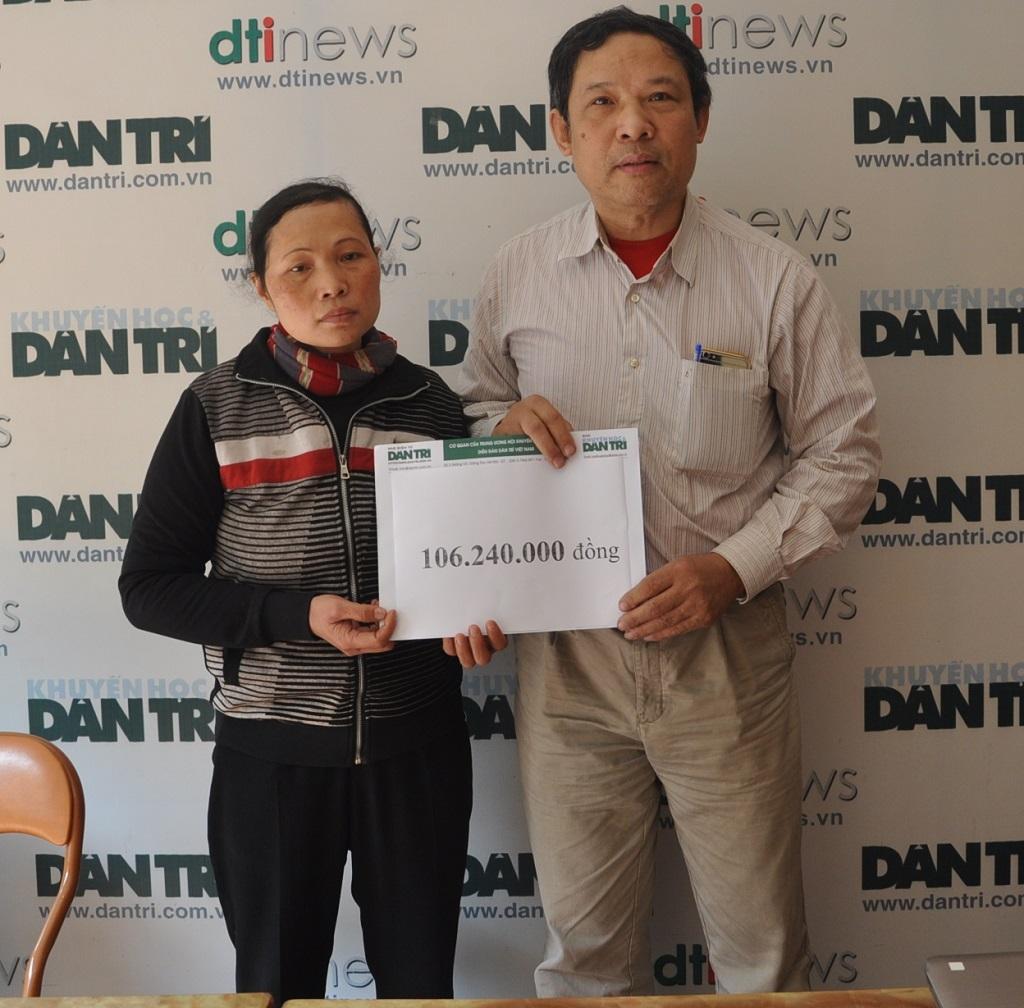 Chị Hương nhận quà tại cơ quan báo điện tử Dân trí.