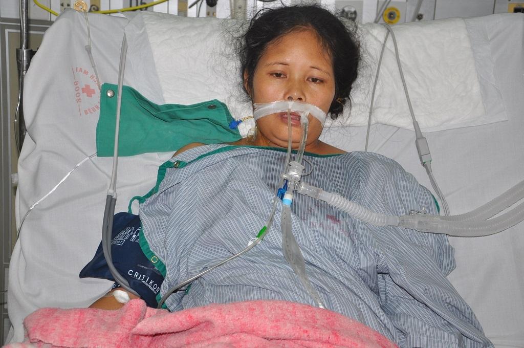 Vừa sinh con, chị Loan bị đờ tử cung khiến máu chảy ồ ạt.