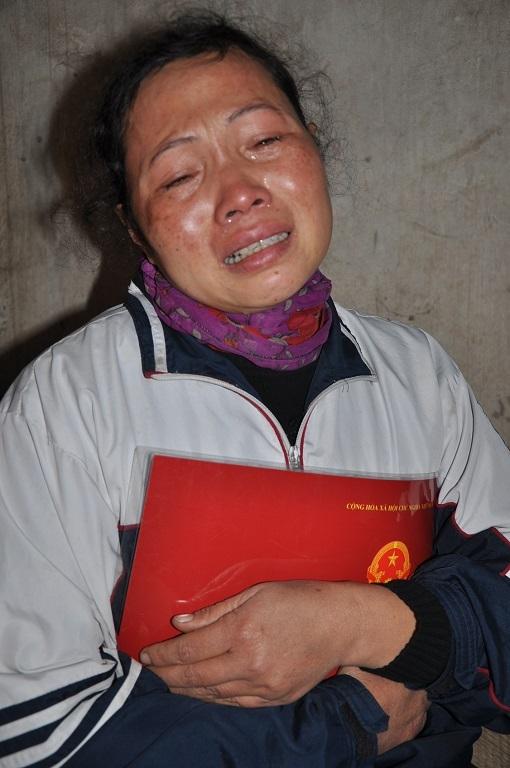 Biết tin con bệnh, chị Hương khóc ngất.