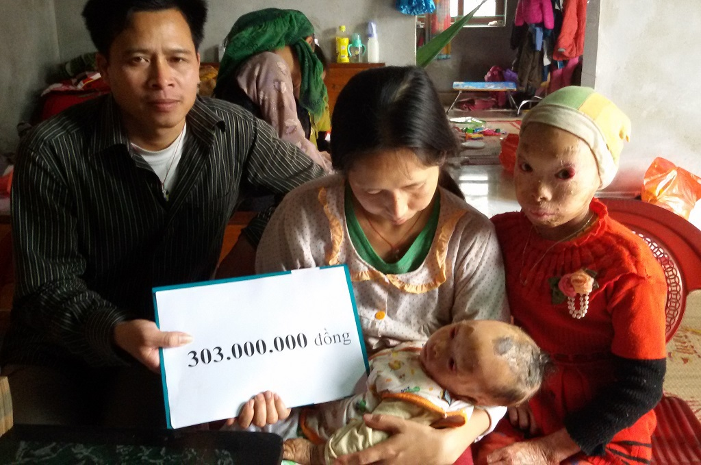 Gia đình anh Tung nhận số tiền bạn đọc giúp đỡ trong hai tuần 3, 4 tháng 2