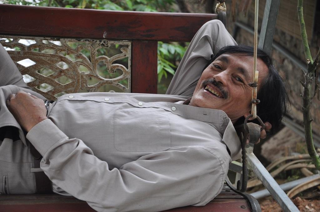 Nghệ sĩ Giang còi với chiếc ghế nằm anh tự chế.
