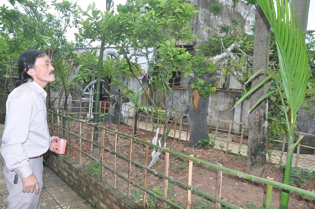 Hàng ngày anh dành nhiều thời gian chăm sóc cây cối.