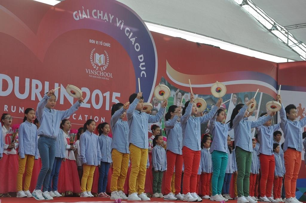 Giải chạy Edurun thu hút đông đảo các em học sinh HànQuốc và Việt Namtham gia.