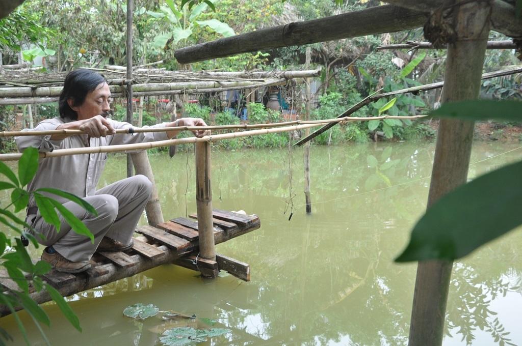 Trên bờ ao có chiếc cầu gỗ nhỏ- nơi anh thường ngồi câu quen thuộc.