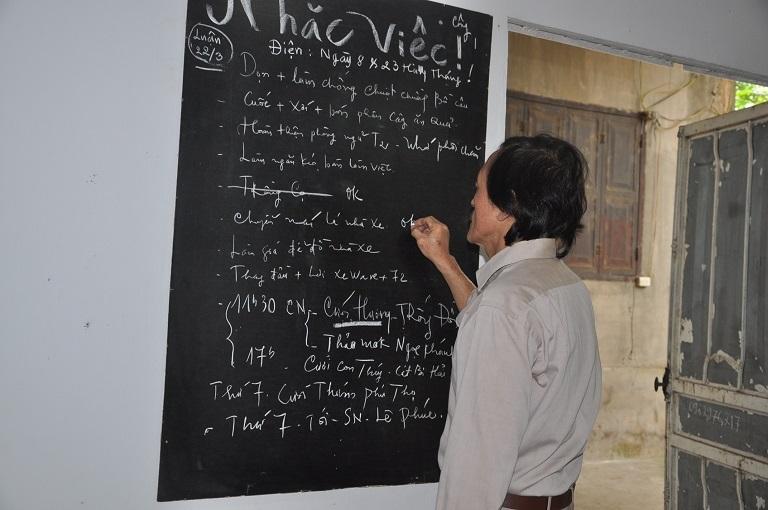 Bước vào cửa khách bắt gặp ngay bảng ghi công việc của nghệ sĩ Giang còi.