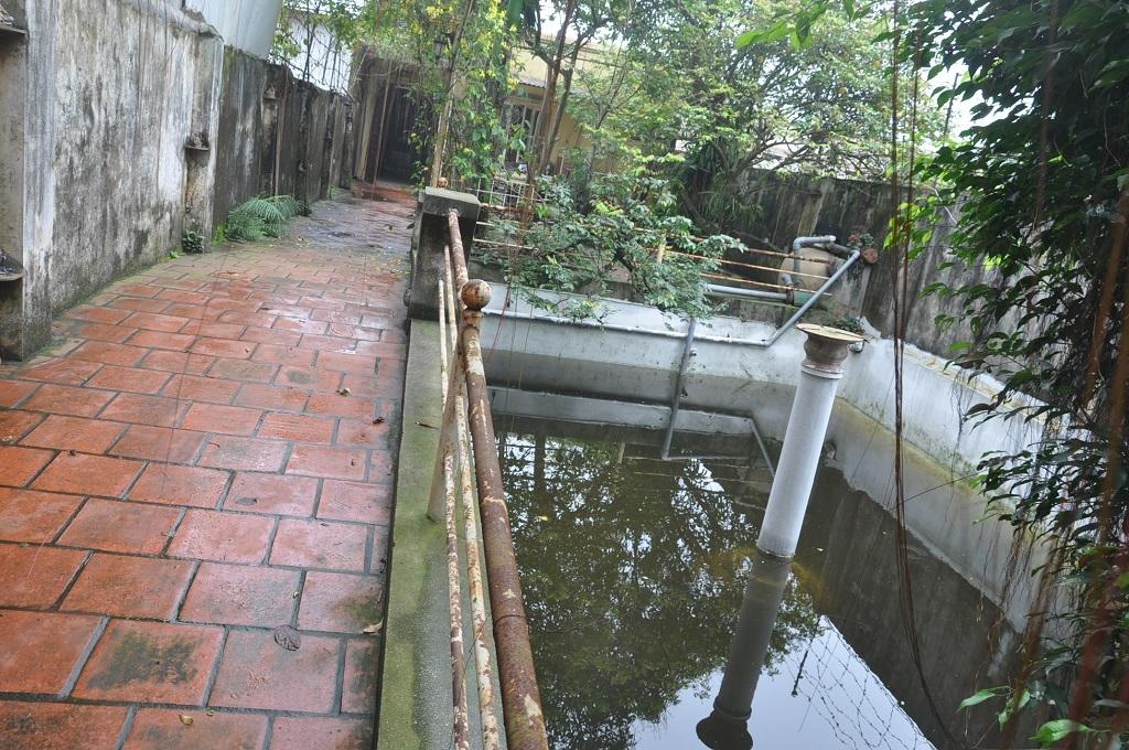 Thiết kế cạnh lối vào là hồ nhỏ để bơi nhưng chỉ sử dụng vào mùa hè.