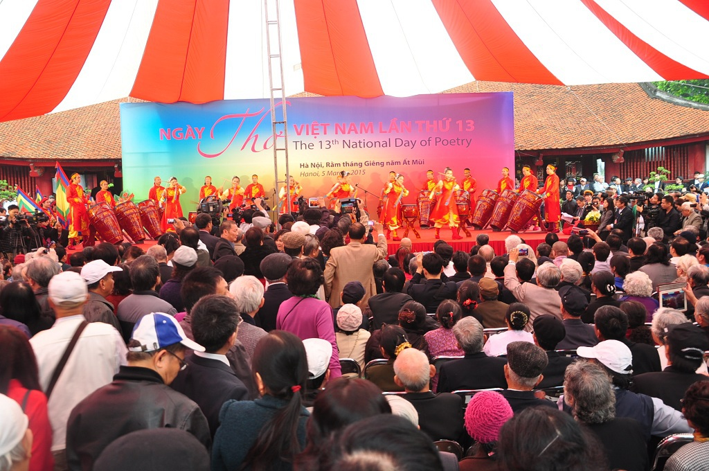 Ngày thơ thu hút đông đảo người đến tham dự.