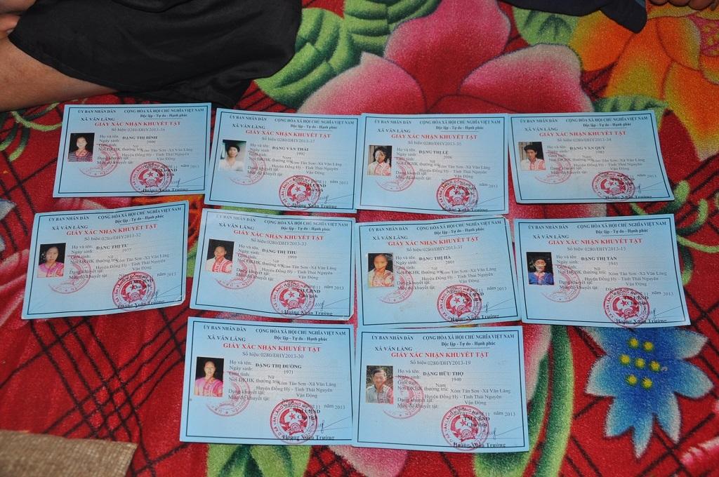 Cả gia đình có đến 10 cái giấy chứng nhận khuyết tật.
