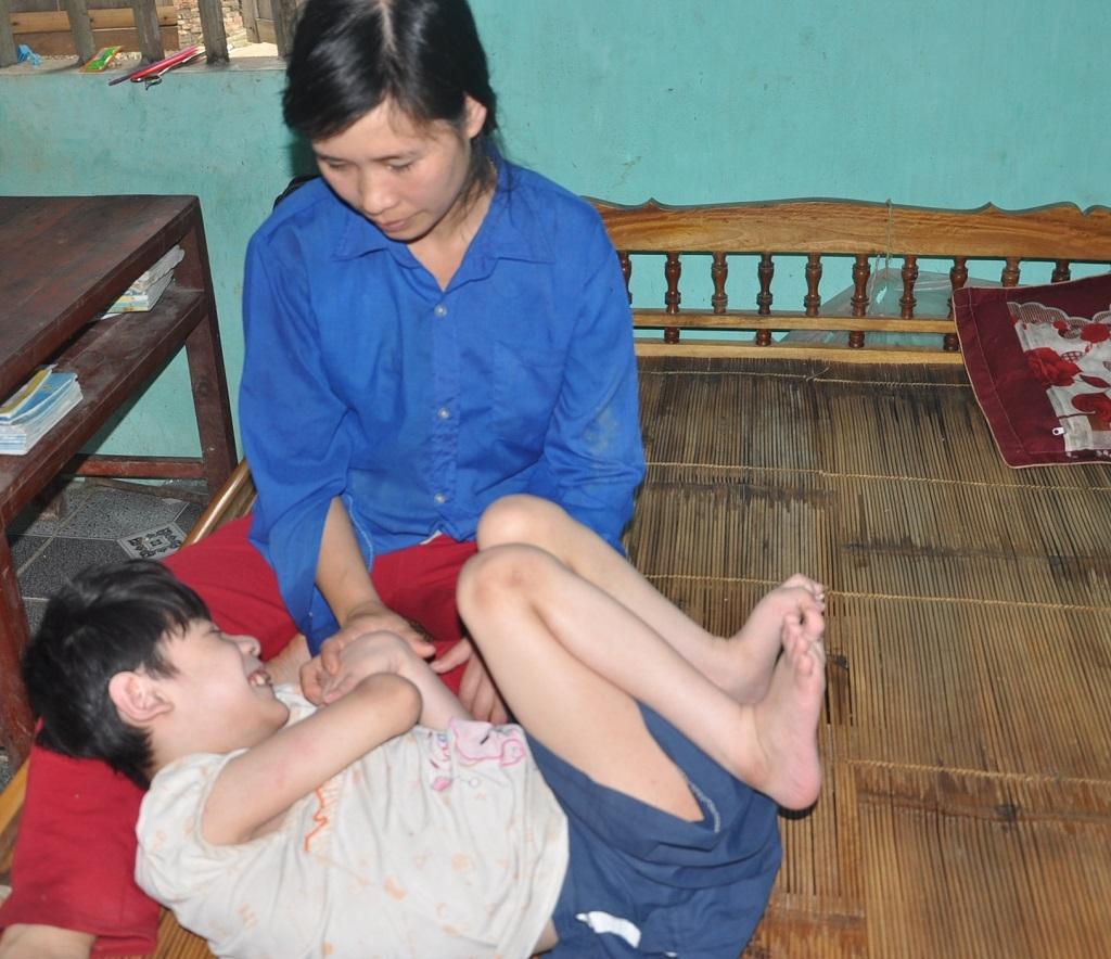 Mẹ của em chị Thọ hàng ngày ở nhà chăm con và làm các công việc gia đình.