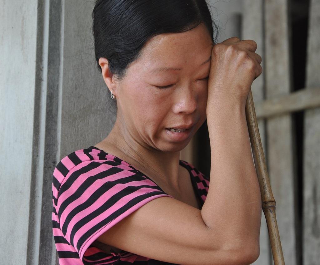 Chị Đường xúc động khi nhìn thấy các con được thăm khám.