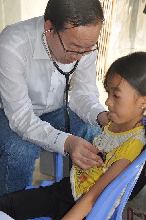 PGS.TS Trần Minh Điển trực tiếp thăm khám cho các cháu nhỏ