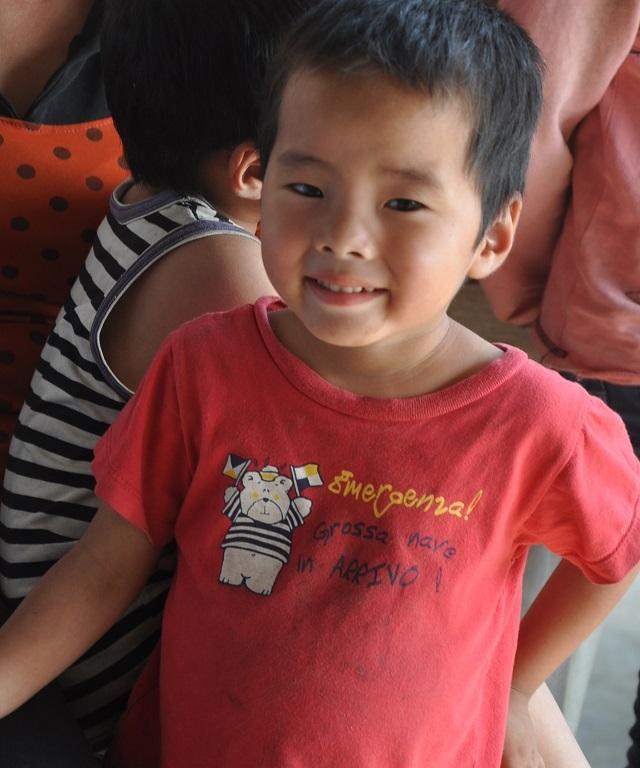 Nụ cười tươi trẻ khi được các bác sĩ về thăm.