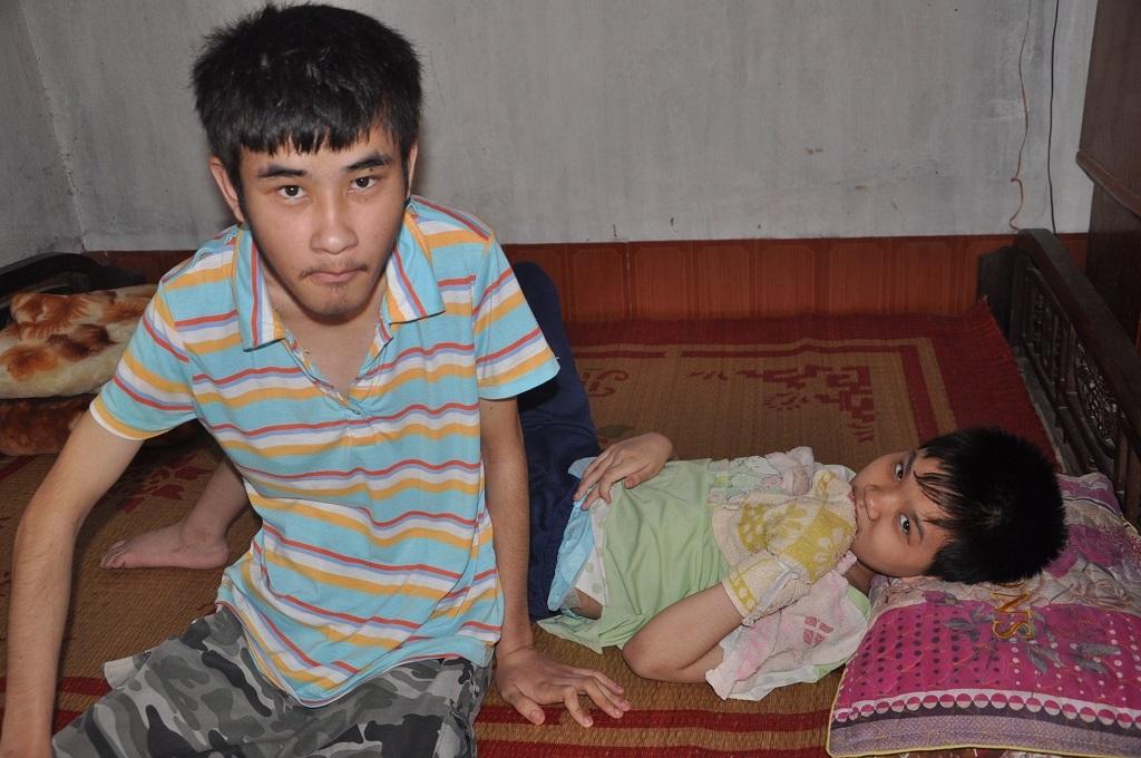 Chị ra đi để lai 2 đứa con bệnh tật, không biết gì cho mình anh Nha chăm sóc.