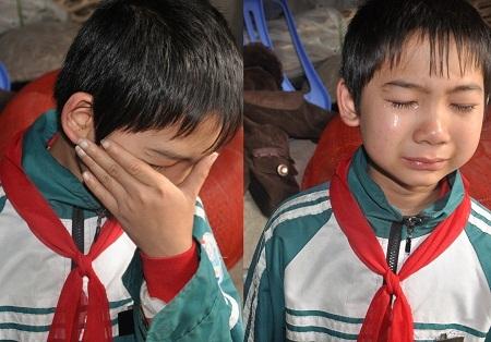 Bố, mẹ qua đời, một mình cậu bé Đạt học lớp 7 phải gồng gánh nuôi anh trai và chị gái ngớ ngẩn.
