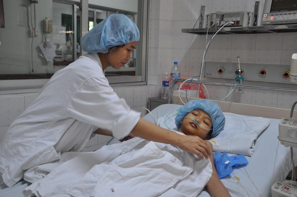 Bị suy tim nặng ở giai đoạn 4, tính mạng của bé Mai như ngọn đèn trước gió.