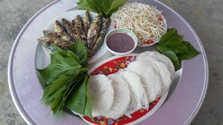 Bún lá làng Quỳnh ăn kèm với cá trích nướng