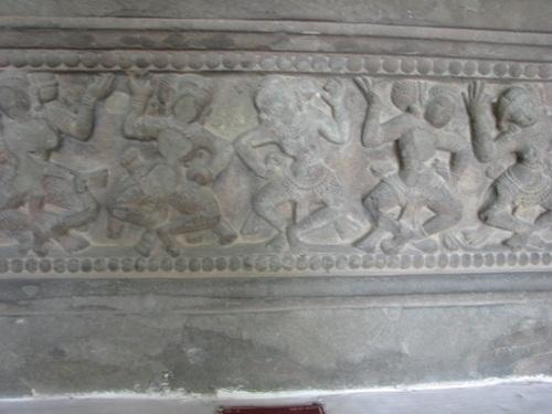 Những cảnh được khắc họa trên đài thờ thể hiện phong cách Trà Kiệu
