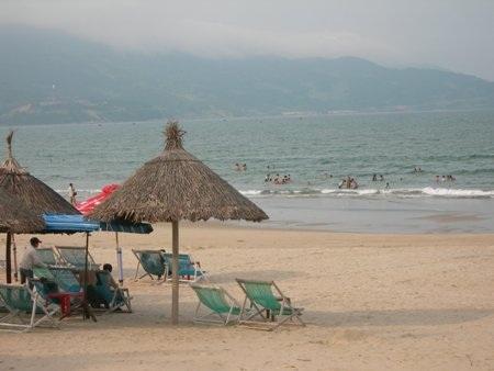 Thời tiết mưa phùn, se lạnh không phù hợp cho việc tắm biển vào sáng sớm
