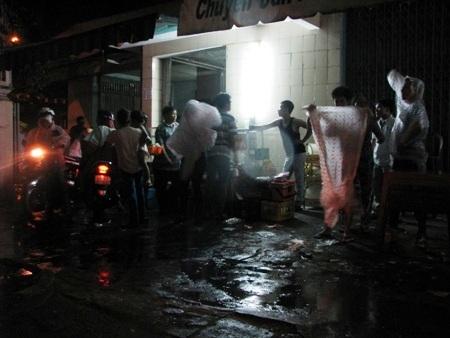 Nhiều người đến chùa dâng hương lễ phật mừng Đại lễ Phật đản bị mắc mưa