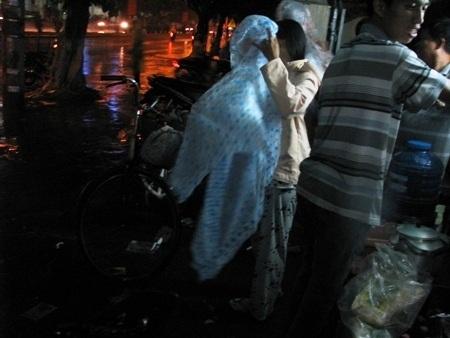 Dịch vụ áo mưa tiện lợi được dịp làm ăn
