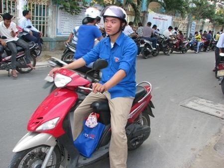 Bạn Lê Đào Ánh luôn sẵn sàng để đưa đón thí sinh có nhu cầu.