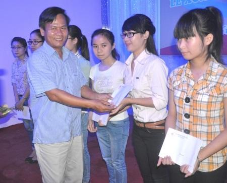 Hội Đồng hương Nghệ Tĩnh trao học bổngđến các em sinh viên.