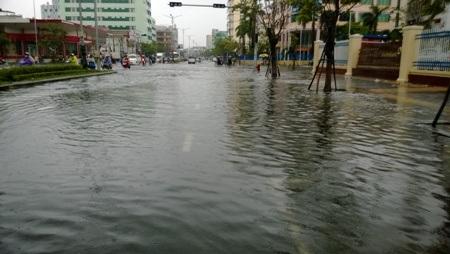 Cơn mưa tầm tã kéo dài từ sáng 15/11 đến gần trưa sáng 16/11 đã khiến nhiều tuyến đường bị ngập