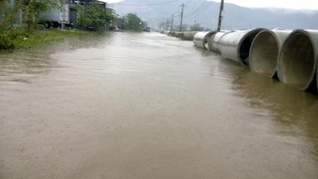 Đường vào Trung tâm bảo trợ xã hội Đà Nẵng mênh mông nước